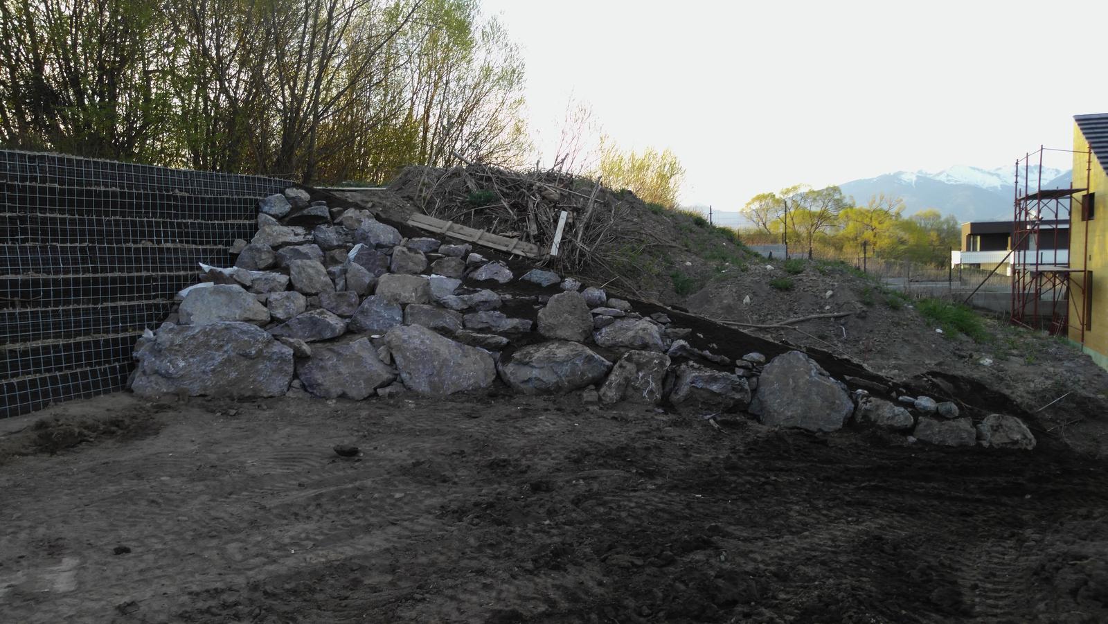16. Problematický pozemok ( doplnené 21.8.2020 ) - 2020 04 Na jar pokračujeme strmým svahom s čelom z lomového kameňa do cca 0,8T