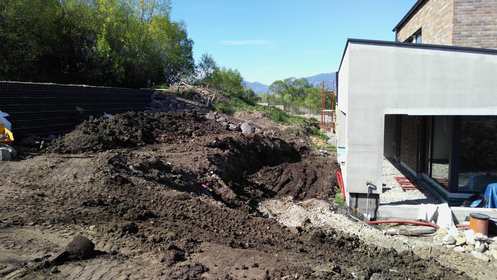"""16. Problematický pozemok ( doplnené 21.8.2020 ) - 2020 05 2020 05 Najprv bolo potrebné odťažiť zeminu a odťažiť a vystužiť a oddrenážovať celú plošinu. Aj malý pásový bager sa """"topil"""" v blate"""