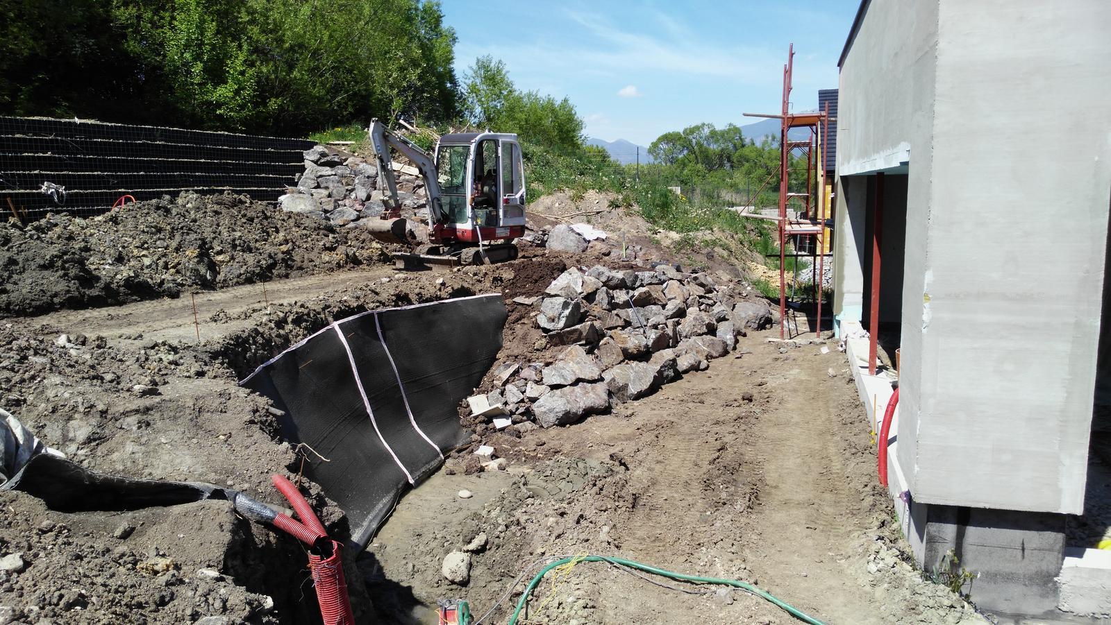 16. Problematický pozemok ( doplnené 21.8.2020 ) - 2020 05 Po inštalácii zvyslej drenážno-tesniacej steny z geokompozitu sme začali s výstavbou spodného lokálne vystuženého oporného múru z kyklopského muriva.