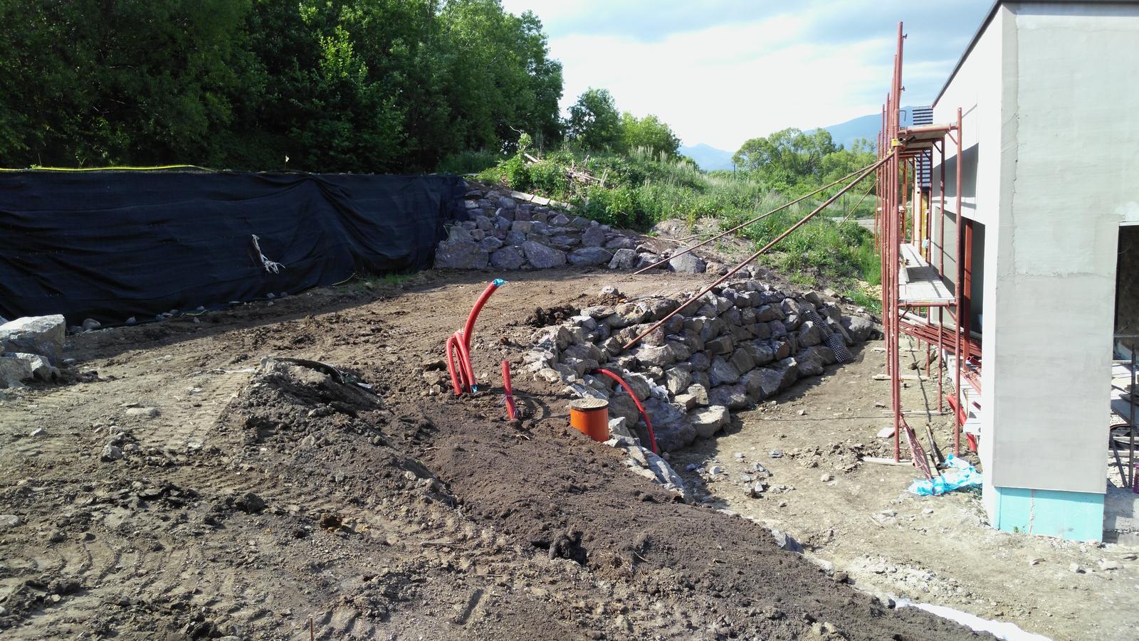 16. Problematický pozemok ( doplnené 21.8.2020 ) - 2020 06 Ukončenie stavebnej časti. Teraz prídu na rad jazierkári a záhradníci.
