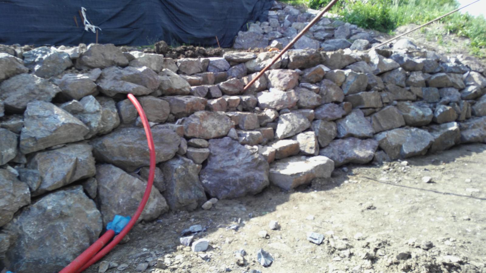16. Problematický pozemok ( doplnené 21.8.2020 ) - 2020 06 Hrubé schodisko z kameňa a chráničky pre technológiu jazierka