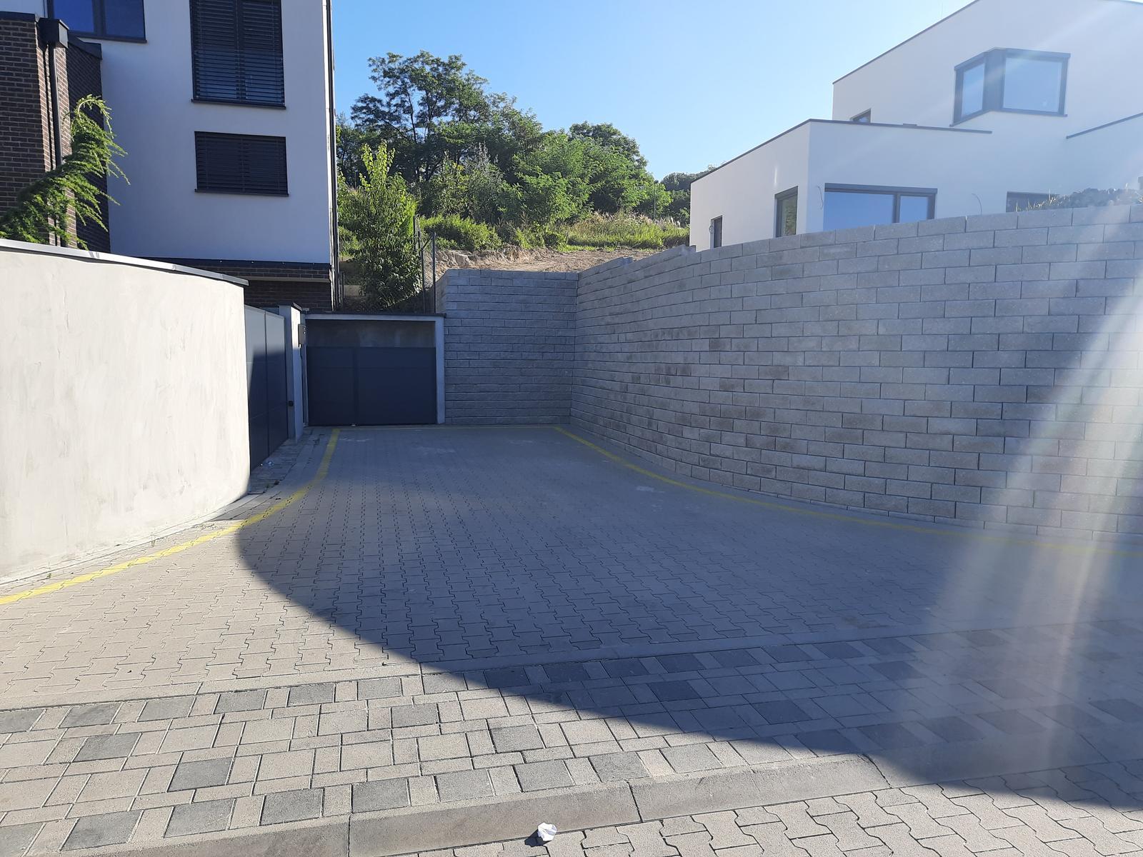 17. Oporný múr s vystuženou zeminou v zásype, z malých betónových tvaroviek so štiepaným čelom ( vytvorené 17.8.2020, aktualizované 21.8.2020 ) - 10. Úplne uzatvorenie prístupu na pozemok, kút 90°.