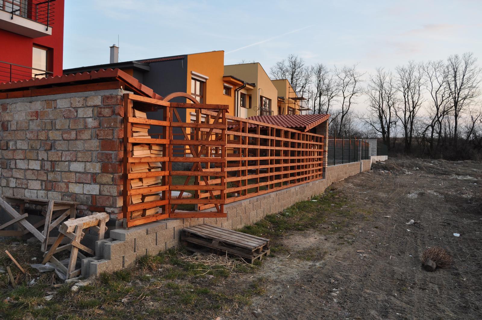 Foto priehľadného plotu, olejové... - Obrázok č. 1