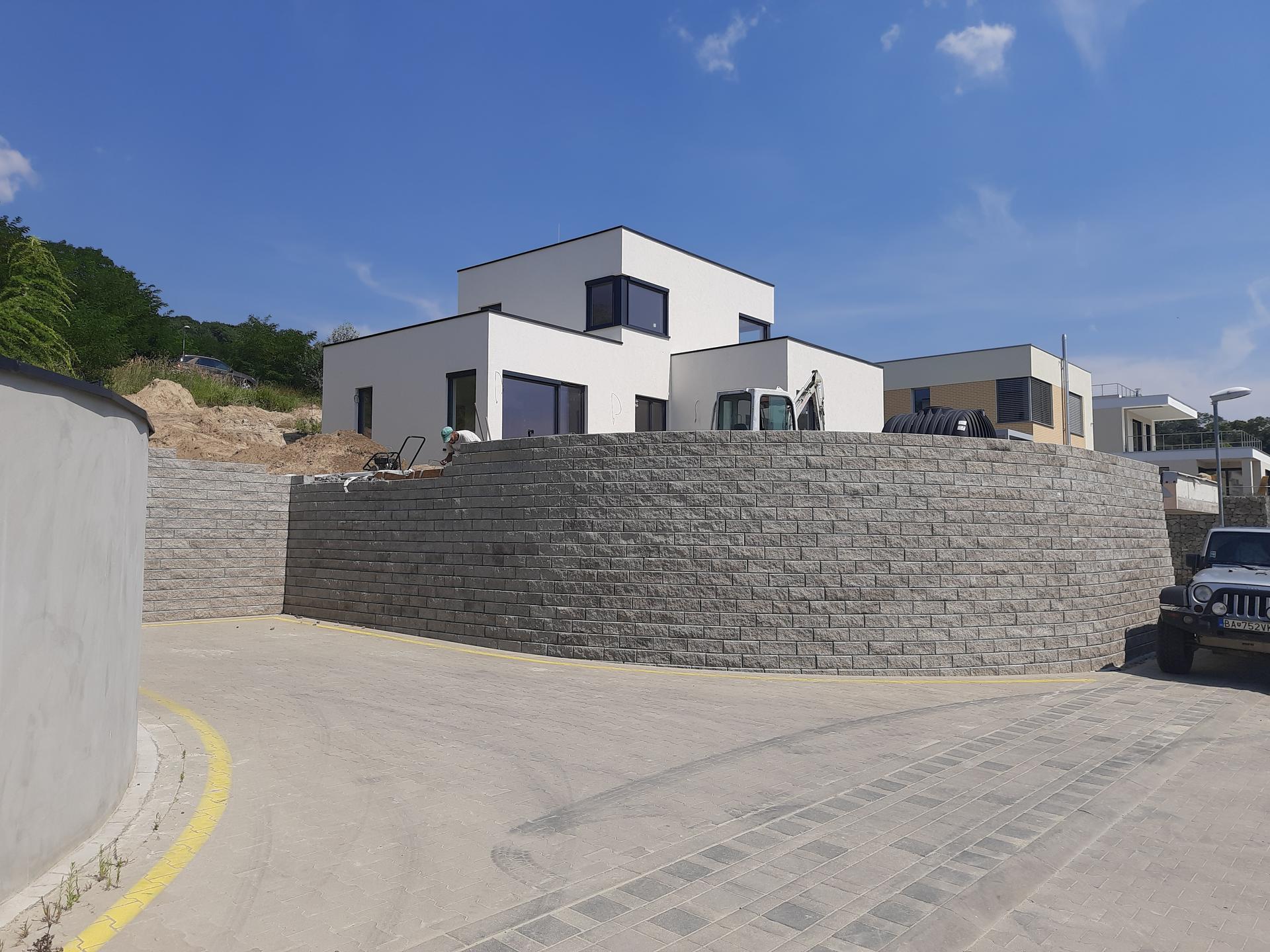 kosto13 - Oporný múr z malých tvárnic so zeminou vystuženou geomrežami, Bratislava - DEvín, 2020