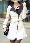 sněhobílý kabátek s asymetrickým zapínáním,