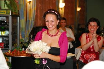 A Dinda chytila kyticu, uz sa tesime sa dalsiu svadbu :)