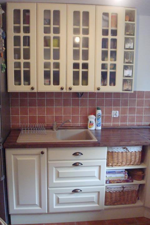 Naše bývanie - moja kuchyňa - naľavo je chladnička s mrazničkou - tú nevidno :-). Namiesto tých košíkov bude časom zabudovaná umývačka riadu.