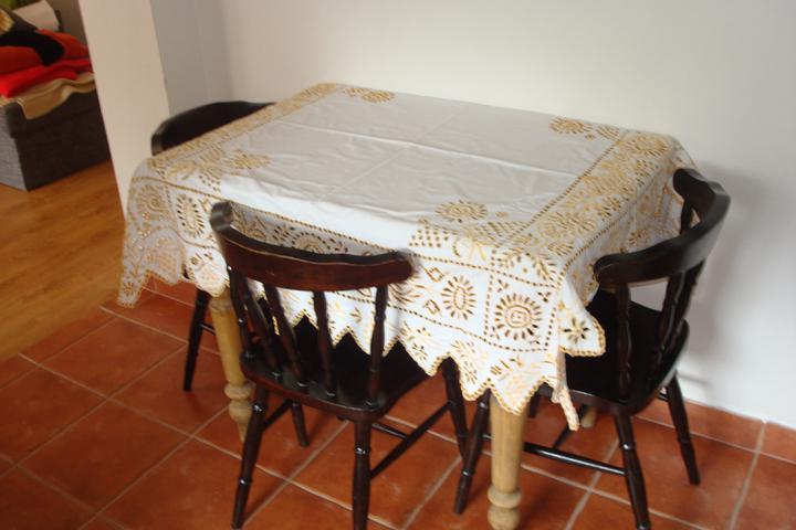 Naše bývanie - starý stôl a obrus po mojej starkej...