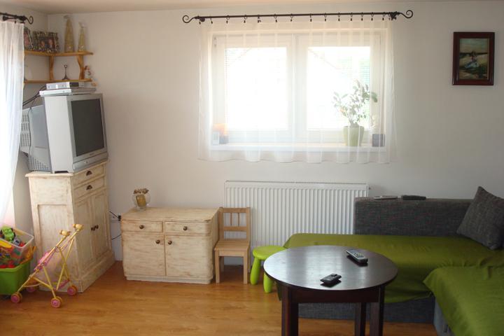 Naše bývanie - naša obývačka - zatiaľ improvizujeme, ten stolík určite vymeníme a detský kútik časom tiež premiestnime.:-) Keď dcérka podrastie.. Je to fotené z kuchyne.