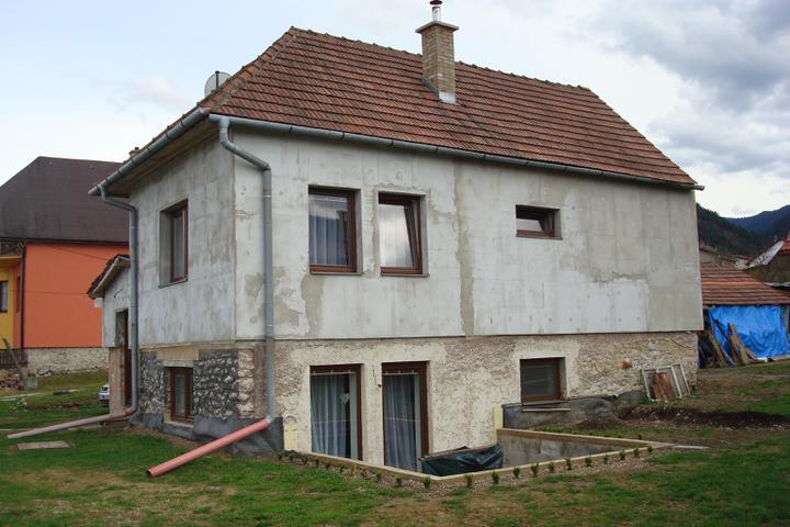 Naše bývanie - náš domček zvonku... z obývačky sa ide na terasu. V domčeku sú tri izby, dve kúpeľne, kuchyňa a aj malá kotolnička + veľké schodisko a vstupná chodbička vo verande.