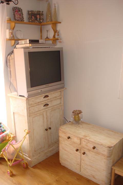 """Naše bývanie - časť z našej obývačky + detský kútik mojej dcérky. :-) Tie skrinky sú staré, tie som si """"napatinovala"""" sama. Boli tiež v hroznom stave. Nová farba, patina a úchytky urobili svoje. :-)"""