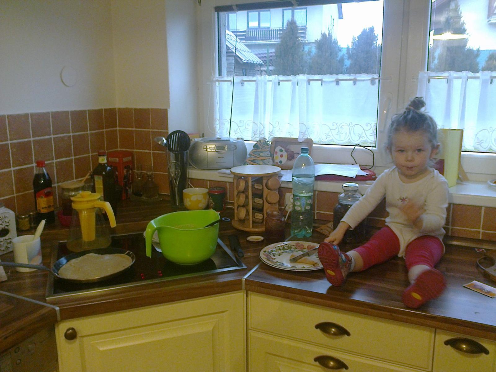 """Naše bývanie - Táto fotka je už novšia... dcérka už má 2,5 roka, v ľavom """"rožku"""" je už umývačka riadu. :-) Okno sme museli zväčšiť, kuchyňa je presvetlenejšia... ospravedlňujem sa za neporiadok, ale akurát sme boli vo fáze robenia a jedenia """"palaciniek"""". :-D"""