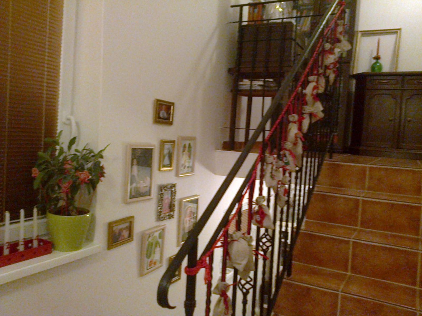 Naše bývanie - Vianoce 2015 - adventný kalendár, na stene fotky mojich blízkych + maľby. Nie, nepripomínam Vianoce... len naozaj nemám novšie fotky. :-)