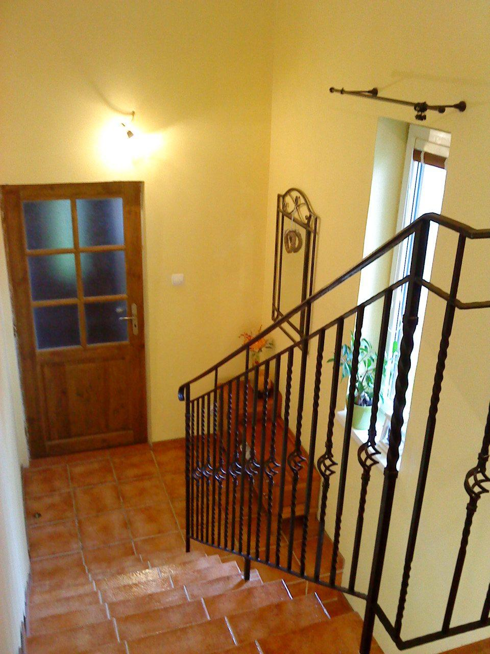 """Naše bývanie - Zábradlie - """"paličky"""" kúpené v Castorame v Poľsku a manžel ich pozváral - vyšlo nás na cca 100 €. Fotka je staršia, už máme aj svetielko kúpené... :-)"""
