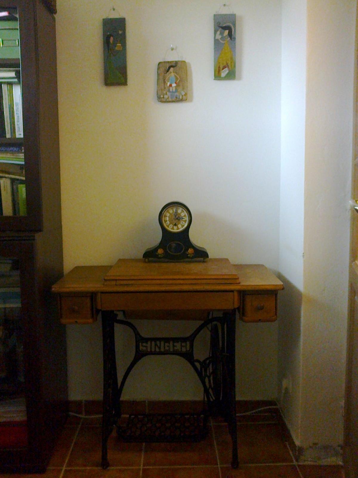 Naše bývanie - Obrázky sú od jednej šikovnej pani, šijací stroj mám na pamiatku po starkej, hodiny som kúpila na burze starožitností v Trenčíne.