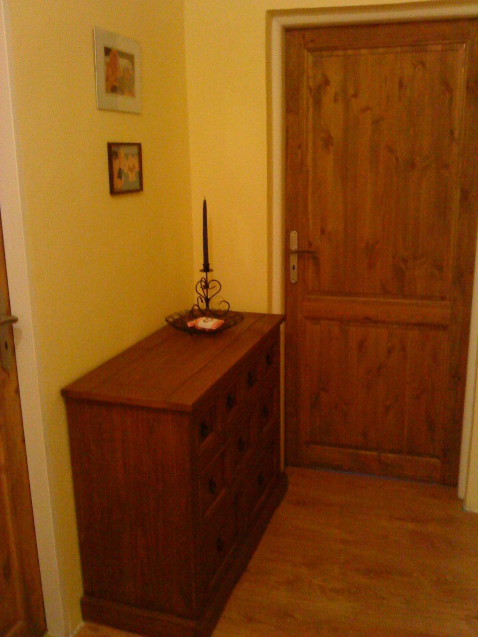 """Naše bývanie - Chodbička na poschodí, dvere do spálne... komoda je z Lidla, kúpená za 20 €. Má veľa """"šuflíčkov"""" 2 + 3 + 4 ks. Bola bezfarebná, my sme si ju namaľovali... je to čisté drevo. :-)"""