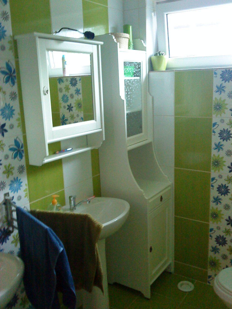 """Naše bývanie - """"Horná"""" kúpeľňa má dve umyvadlá, sprch. kút a WC. Na prízemí je druhá kúpeľňas s vaňou, práčkou a WC.:-)"""
