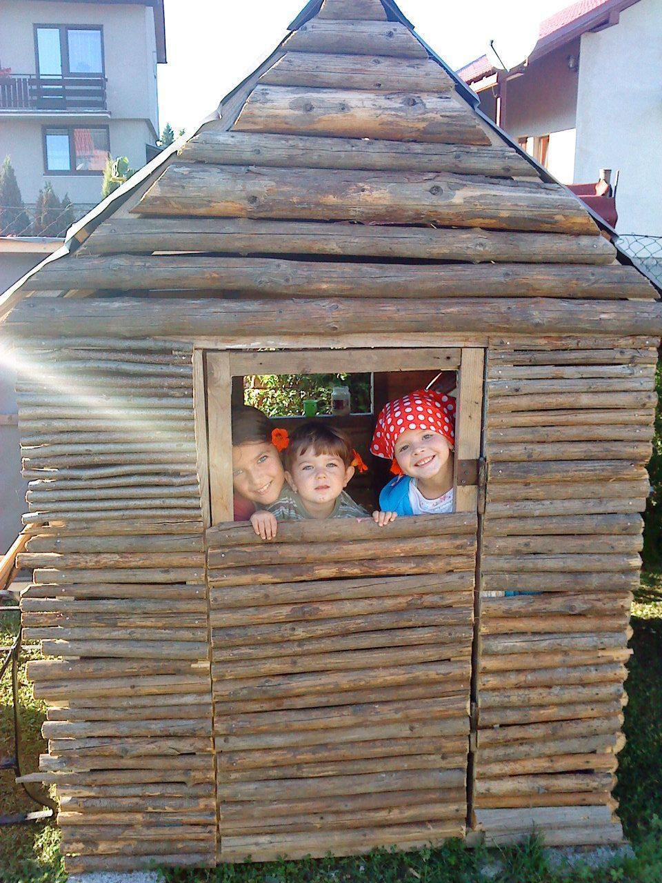 Naše bývanie - Drevenička pre deti... dve sú od susedov a tá s červenou šatkou je moja. Fotka je už 4 roky stará, teraz sa tam už hrá so svojou mladšou sestričkou.
