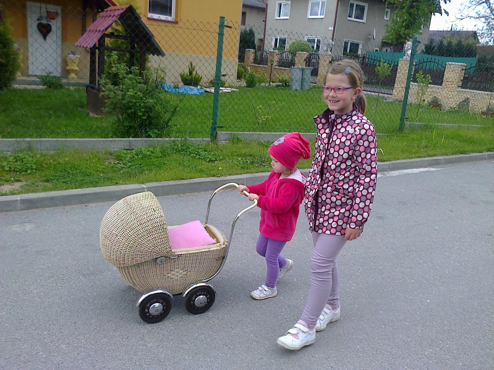 Naše bývanie - Na prechádzke... kočík som dostala od mojej tety, aby som mala na ňu pamiatku.