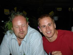 ten veselý pán vlevo mě povede na svatbě...