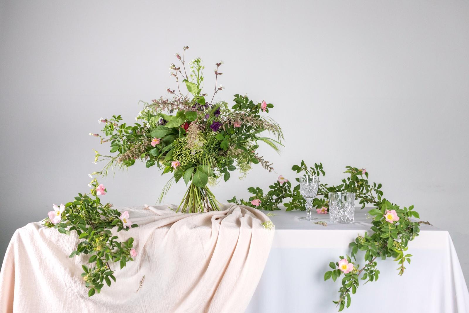 Prenajímame a zabezpečujeme: - Kvetinová výzdoba, aranžmány, kytice, pierka..