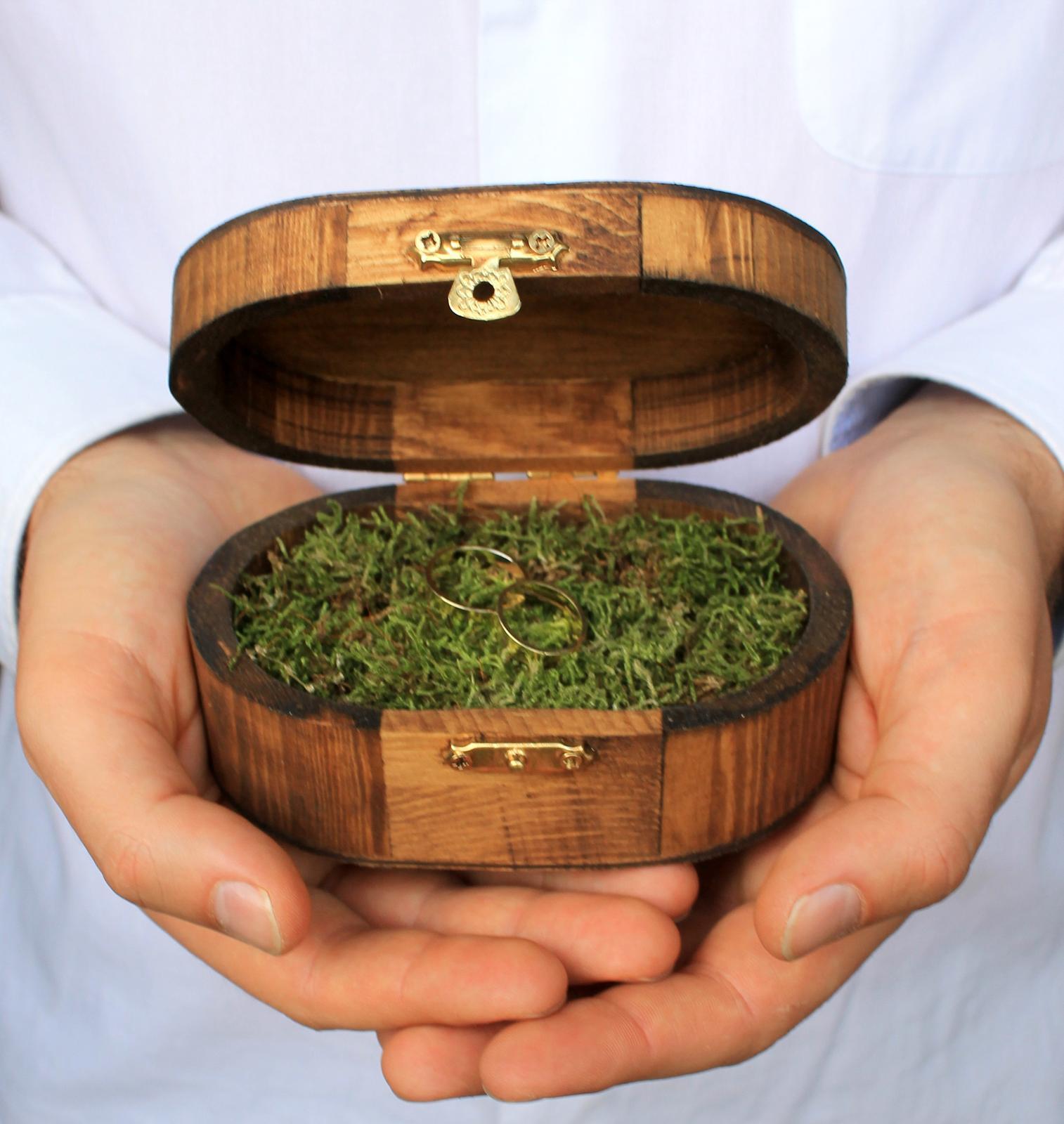 Drevená krabička na obrúčky s machom - Obrázok č. 1