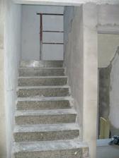 schodiště, do budoucna plánujeme obložení