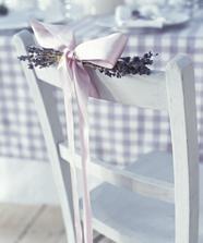 i židle se dá krásně ozdobit levandulí