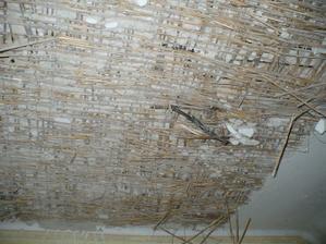 stropy z rákosu, všechno se to trhalo ven