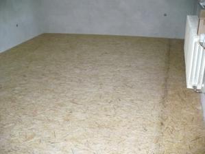 hotová OSB podlaha v ložnici, na desky se bude pokládat PVC