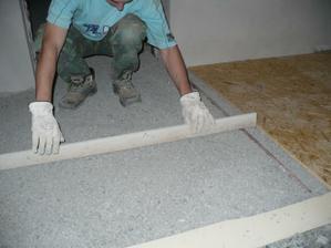 srovnávání kamínků před pokládkou OSB desek