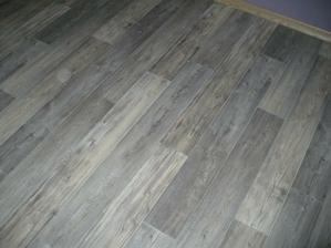 detail podlahy na chodbě