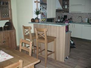 barový pult odděluje jídelnu od kuchyně