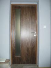 dveře nahoře, taktéž ořech, jen jiné prosklení