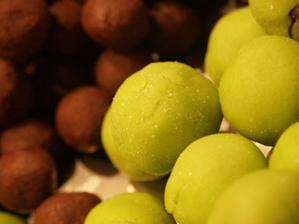...prvni a druha faze Mozartovych kouli (cokoladove stredy a obaleno v marcipanu)...
