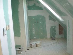 Budouci koupelna, vlevo vyklenek na dve umyvadle, na celni stene misto na vanu.