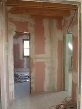 ...konecne posledni pricka na miste, pohled z chodbicky vlevo do detskeho pokoje, vpravo do koupelny...
