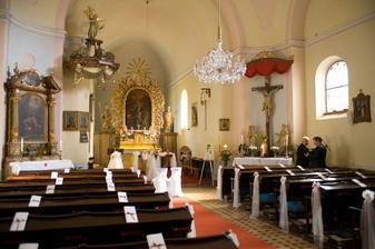 Kostel je krásný i bez výzdoby, maximálně pár květů a bílé vazby