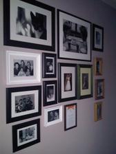 ...prvni fotky v chodbe uz visi...