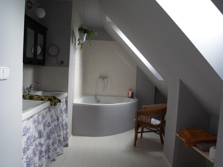 Domecek... - ...koupelna v podkrovi...