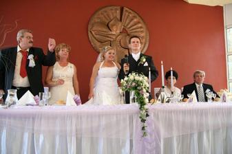 za svadobným stolom