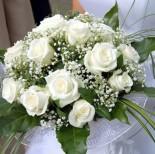 bílé růže jsou nádherné, ale k bílým šatům ... bohužel nepůjdou