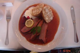 pecena kacka z viedenskou knedlou a brusnicovou omackou