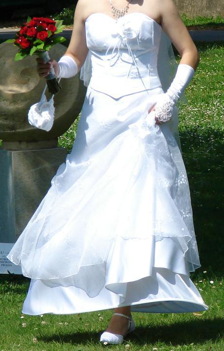 Vyšívané svatební šaty - Obrázek č. 1