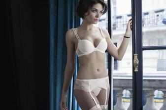 Svatební spodní prádlo (Simone Perele), jen podprsenka má malinko jiný tvar a je bez ramínek.