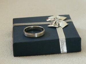 Tak ženichův snubní prstýnek je již doma, ale můj jsem vrátila, protože byl poškrábaný, budou dělat nový:(