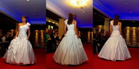 Taketo podobne svadobne saty som mala, docastna fotka kym sem nedam moje fotky zo svadby