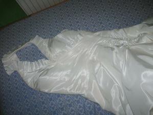 moje šaty, síce ich tu nie je moc dobre vidieť, ale sú krásne