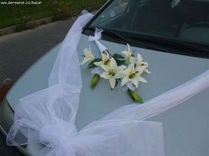 Ve středu kapotu budou dva prstýnky + lilie, místo kytice