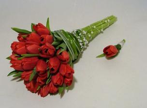 Tulipány budou!!!:-) A moje tříletá družička bude mít stejnou jako já, jen zmenšenou :-)
